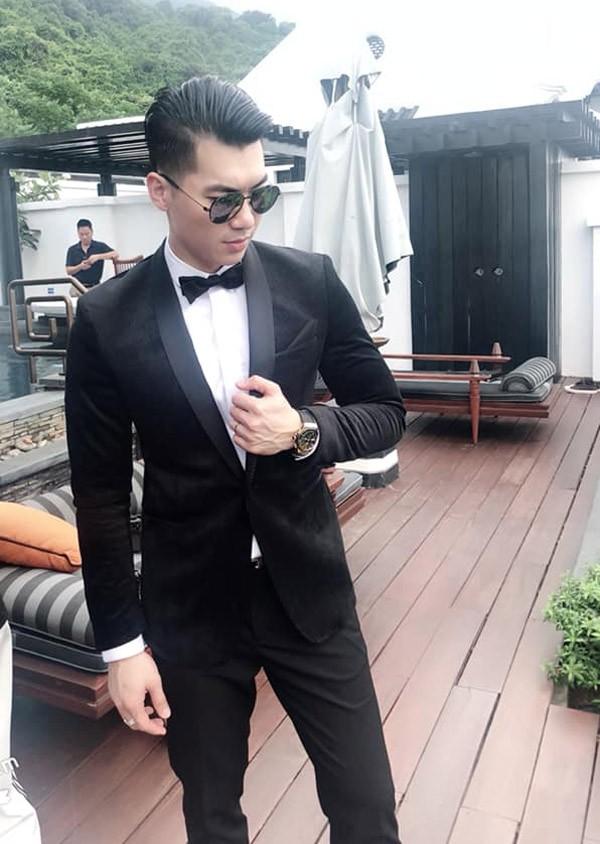 Trương Nam Thành chia sẻ trên trang cá nhân hình ảnh anh mặc vest bảnh bao trong ngày chụp ảnh cưới ở Đà Nẵng với dòng chú thích Giờ G đã đến.