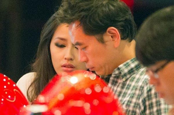 Không chỉ thân thiết trong các sự kiện giải trí, ngoài đời thường nhiều người còn bắt gặp Mai Phương Thúy và Benny Ng có những cử chỉ như một cặp tình nhân thực sự.