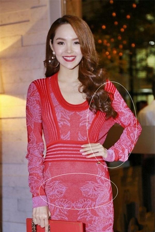 Phải chăng cô quá thích màu đỏ và sự thoải mái của chiếc váy này mà bỏ qua phần áo dưới cánh tay bị giãn, xộc xệch khó coi.