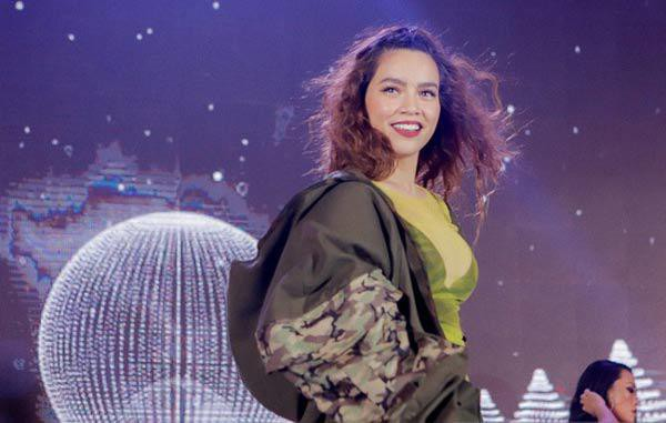 Trong một sự kiện gầy đây, Hồ Ngọc Hà xuất hiện không như tưởng tượng trong bộ bodysuit được quấn một lớp vải mỏng, còn bên ngoài là chiếc áo khoác oversize.