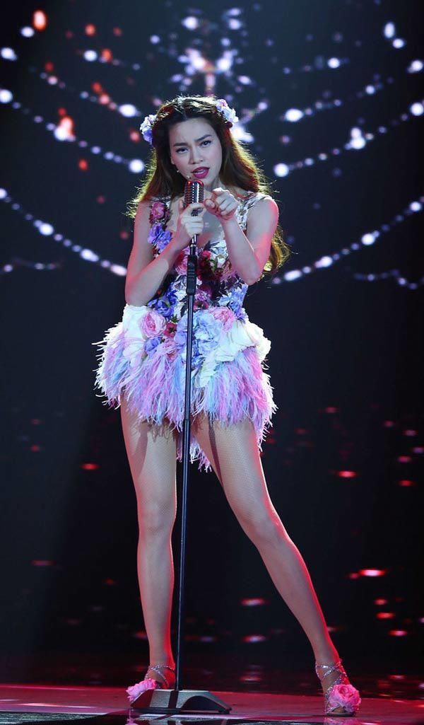 Chiếc váy đính đầy hoa lá cùng với mái tóc này, nhìn giống Hồ Ngọc Hà đang diễn xiếc hơn là hát nhạc jazz.