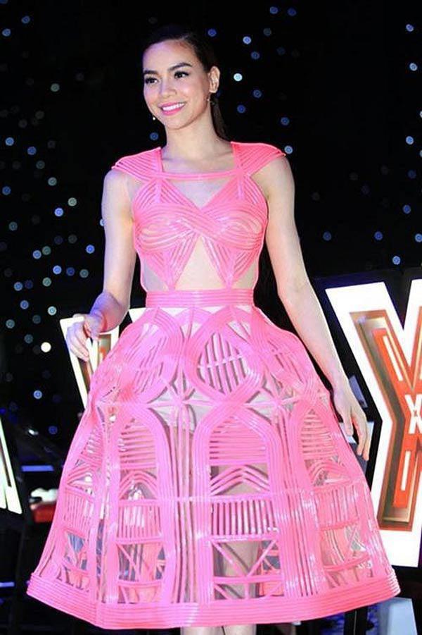 Màu hồng và độ bóng bẩy của chiếc váy này không thích hợp với Hồ Ngọc Hà chút nào.