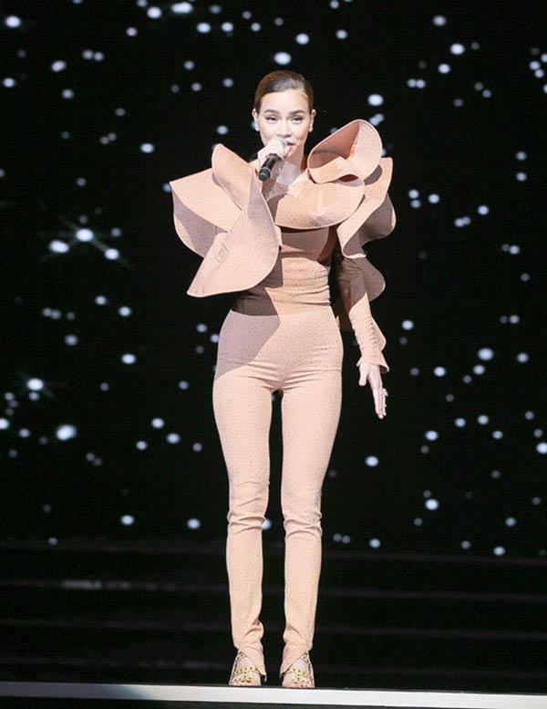 Dù tủ đồ không ít bodysuit, nhưng lần này Hồ Ngọc Hà đã lựa chọn sai. Thiết kế màu nude vừa phản cảm, vừa sến sẩm với bèo nhún đã ngọt ngào đưa Hồ Ngọc Hà lọt top sao xấu.