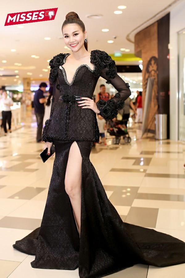 Trong buổi ra mắt phim, Thanh Hằng khiến người hâm mộ thất vọng khi diện một chiếc váy dạ hội gam màu đen nặng nề. Các chi tiết hoa, tay phồng bị cho là lỗi thời, sến súa.