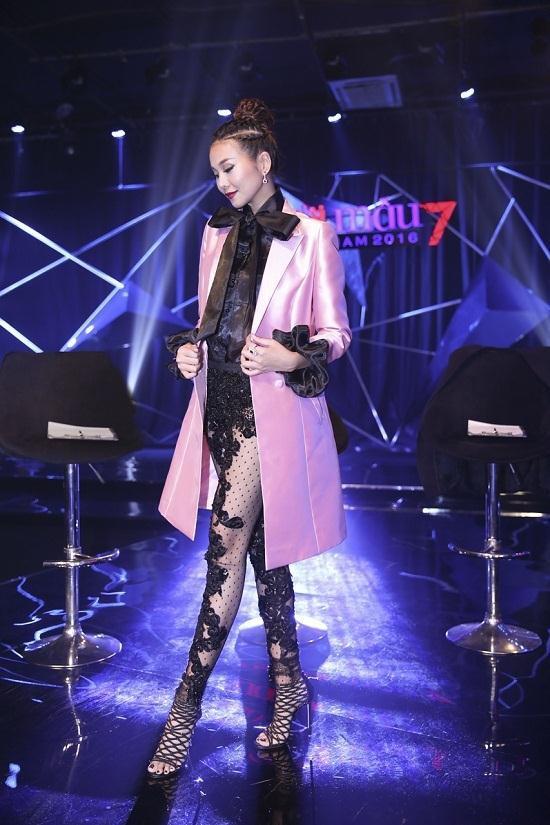 """Với kiểu quần legging lưới rất """"lạ lùng"""", bộ trang phục này của Thanh Hằng từng khiến cô lot top sao mặc xấu"""