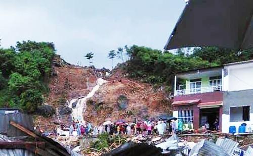 Hồ nước trên núi vỡ kéo theo đất đá đổ xuống khu dân cư sáng 18/11. Ảnh: TL