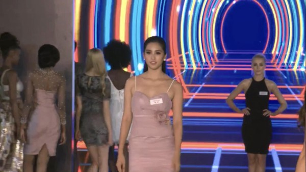 Hoa hậu Tiểu Vy tự tin catwalk trước ban giám khảo.
