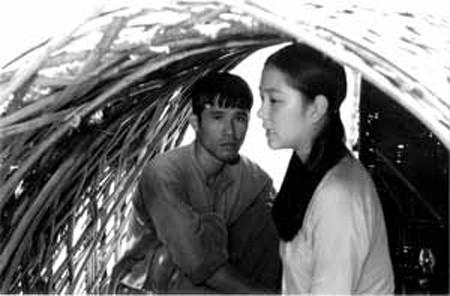 Thế Quân và Nguyễn Thị Huyền trong một cảnh quay
