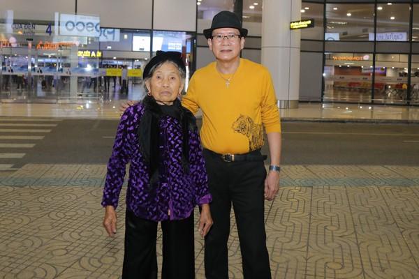 Tuấn Vũ gặp fan là một cụ bà 90 tuổi.