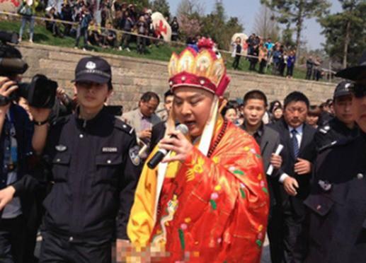Ông thường xuất hiện với bộ áo cà sa như hình ảnh của Đường Tăng.
