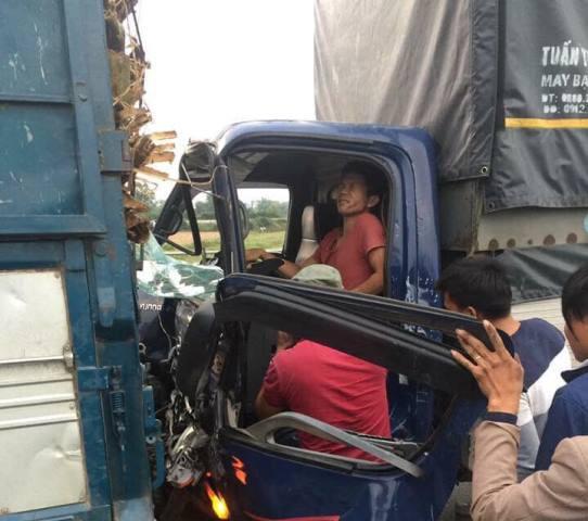 Nạn nhân được người dân đưa ra khỏi chiếc xe gặp nạn.