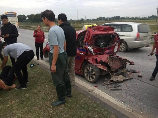 Chiếc xe taxi đưa nạn nhân vụ tai nạn ngay sau đó bị xe tải đâm từ phía sau biến dạng.