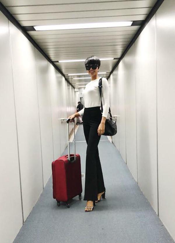 Quần tây, quần jeans ống loe thường được HHen Niê sử dụng cùng các mẫu áo thun hoặc sơ mi trắng. Phụ kiện không thể thiếu là những đôi giày, sandal cao gót.