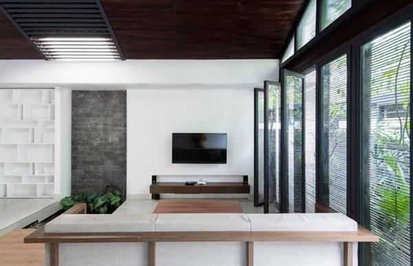 Phòng khách và phòng ăn được ngăn cách nhau bằng tiểu cảnh sân vườn với cây xanh, hồ nước nhỏ.
