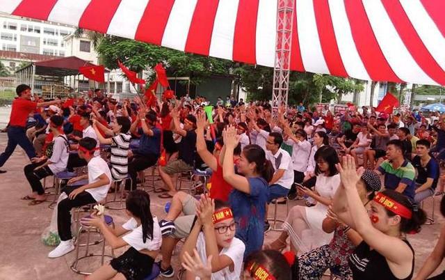 Hàng nghìn bạn trẻ có mặt tại sân Trung tâm Hỗ trợ thanh niên công nhân và lao động trẻ (Tỉnh đoàn Hải Dương) cổ vũ khi có đội tuyển Việt Nam thi đấu. Ảnh: T.A