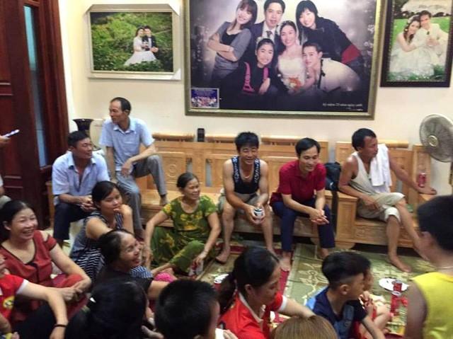 Nhiều người thân, họ hàng, bạn bè đến trật nhà ông Tạo cổ vũ cho đội tuyển Việt Nam và Văn Toàn. Ảnh: V.T