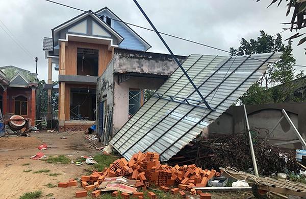 Nhiều ngôi nhà tốc mái đổ sâp.