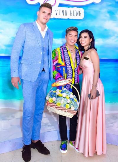 Phượng Vũ và bạn trai đến mừng album mới của thầy cô - ca sĩ Đàm Vĩnh Hưng hồi tháng 10.
