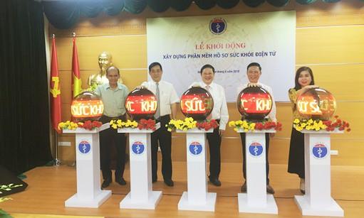 Các đại biểu nhấn nút Khởi động xây dựng phần mềm hồ sơ sức khỏe điện tử cho người dân.