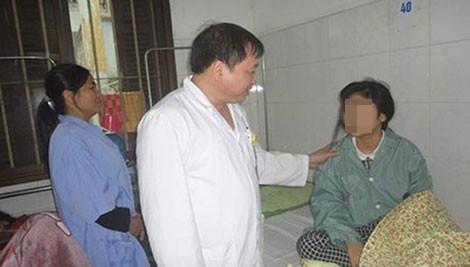 Khám cho một nữ bệnh nhân mắc chứng rối loạn tâm thần tại Viện Sức khỏe tâm thần. Ảnh: TL
