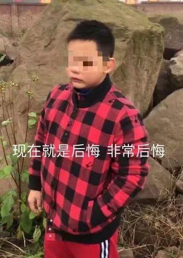 Tiểu Lượng hoảng hốt đến đồn cảnh sát cho biết cậu bé đã bị ông chú lạ mặt giật mất balo.