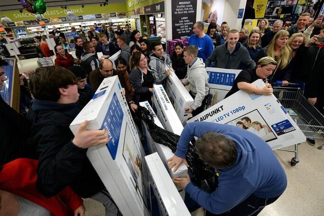 Với những nhân viên siêu thị, cảnh tượng chen lấn kinh hoàng như này không còn quá xa lạ mỗi khi đến ngày Black Friday.