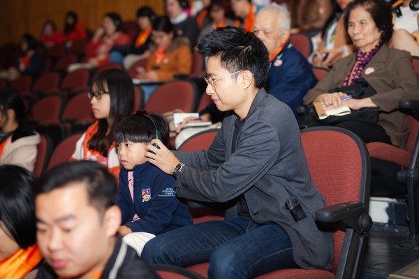 Chồng doanh nhân của Dương Thùy Linh luôn đưa con đi theo các hoạt động của vợ.