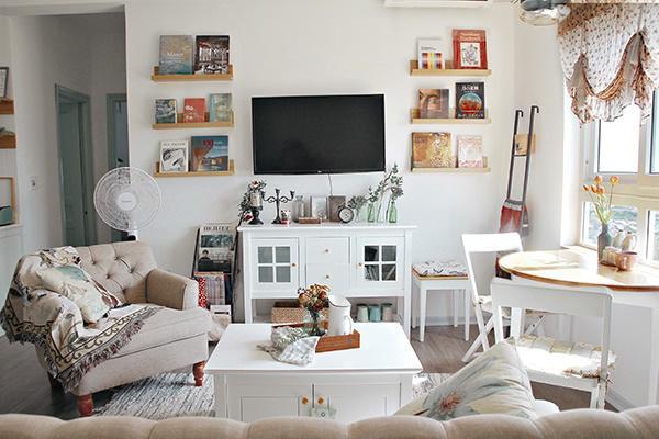 Phòng khách được bài trí ấm cúng, hiện đại.