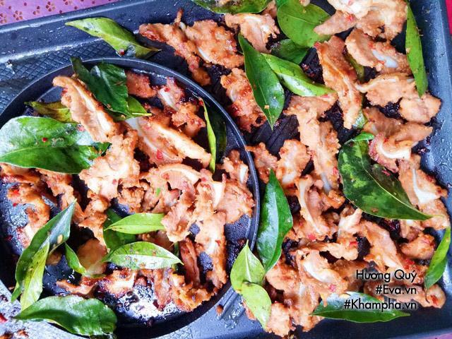 - Sườn sụn nướng lá mắc mật ăn kèm cùng với xà lách, dưa chuột, kim chi và nước chấm!