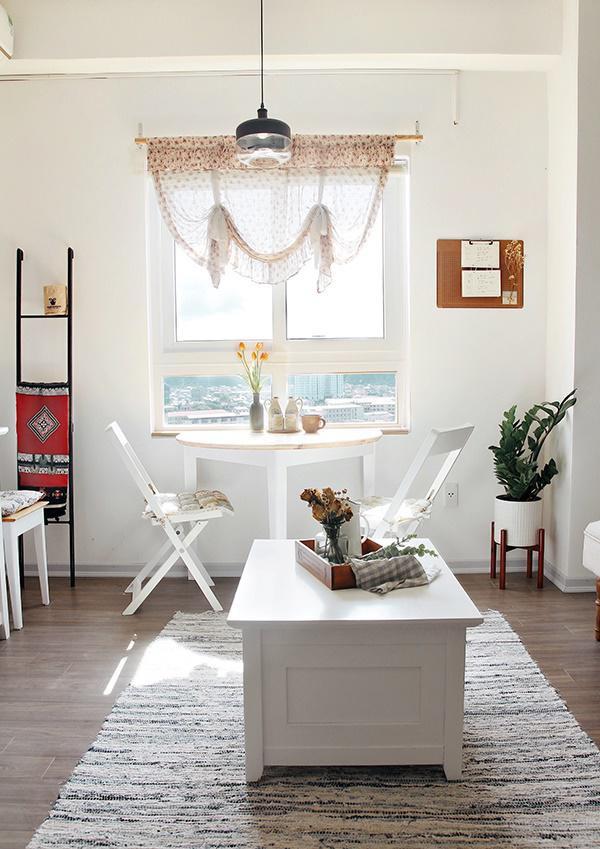 Phía cửa sổ kê bàn ăn dành cho 2 người.