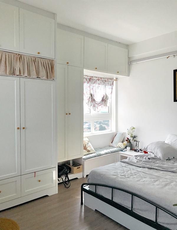 Phòng ngủ thoáng đãng và góc cửa sổ thiết kế một chiếc ghế nhỏ ngồi thư giãn.