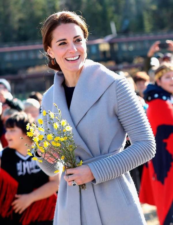 Kate Middleton sinh năm 1982 trong một gia đình trung lưu. Cô học cùng trường với Hoàng tử William và ở đây họ đã nên duyên cùng nhau. Kate được ca ngợi bởi nhan sắc ngọt ngào và xứng đôi với Hoàng tử William.