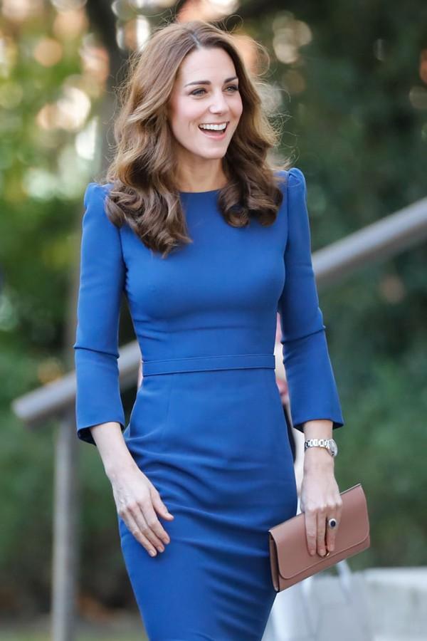 Hiện tại, so với Meghan Markle, Kate được Hoàng gia Anh đánh giá cao bởi tinh thần cống hiến cho Hoàng gia.