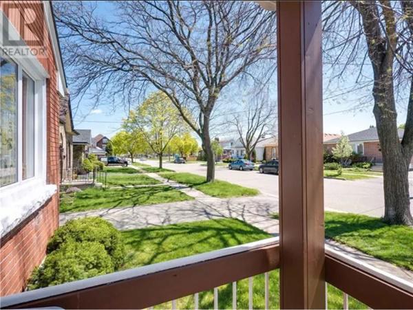 Nó cũng nằm trên một con phố đẹp, yên tĩnh, vị trí đẹp, gần trường học và công viên.