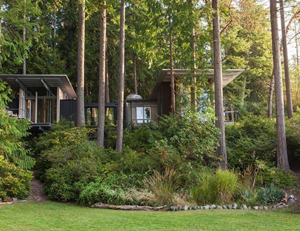 Kiến trúc sư xây dựng căn nhà bằng vật liệu bền vững: tường khung gỗ bọc trong ván ép. Chính điều này đã giúp căn nhà duy trì được nguyên trạng gần 60 năm qua