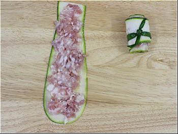 Bước 3: Trải từng miếng bí ngồi, cho thịt xay lên trên cuộn lại. Dùng lá hành đã chần sơ buộc lại cho chặt.