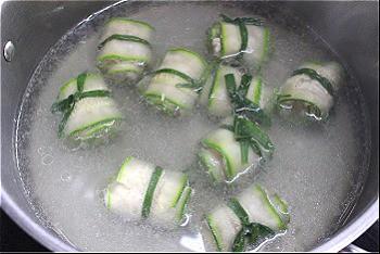 Bước 4: Nấu một nồi nước sôi. Cho bí ngồi cuộn thịt vào nấu chín tới. Nêm nếm gia vị vừa ăn rồi tắt bếp.