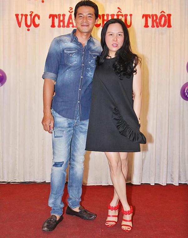 Quách Ngọc Ngoan cũng lấy vợ lớn tuổi thành đạt như Trương Nam Thành. Ban đầu, anh cưới diễn viên Lê Phương cũng hơn tuổi. Sau khi ly hôn với Lê Phương, anh đến với doanh nhân Phượng Chanel. Người phụ nữ này nổi tiếng là dân chơi hàng hiệu có khối tài sản khổng lồ và có máu mặt trong làng giải trí.