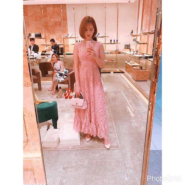 Vốn yêu màu hồng nên đối với Ngọc Trinh, diện cả cây hồng từ đầu đến chân là thời thượng và thể hiện chất riêng. Tuy vậy, mẫu đầm ren dài lại không hề làm toát lên nét đẹp cá tính hay sang chảnh của Ngọc Trinh như ngày thường. Ngay cả chiếc túi Chanel cũng chẳng thể cứu vãn nổi cho bộ cánh bánh bèo này của cô.