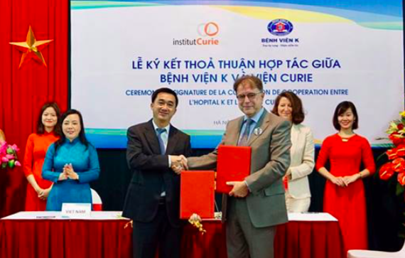 Lãnh đạo 2 đơn vị: Bệnh viện K - Viện Curie trao đổi thoả thuận hợp tác, với sự chứng kiến của hai nữ Bộ trưởng Y tế