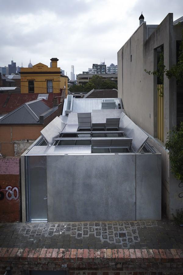 Nhưng bạn sẽ rất bất ngờ khi chứng kiến hệ thống mái nhà có thể tự động đóng mở. Thiết kế thông minh này giúp phần mái bằng kính bên dưới có thể lấy ánh sáng từ bên ngoài.