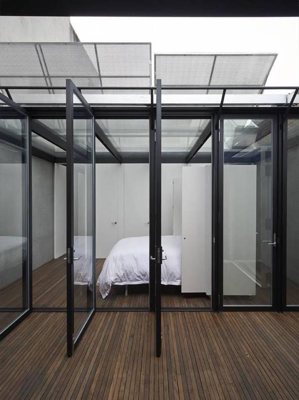 Phần không gian mới cải tạo gồm phòng làm việc và phòng ngủ. Giường được thiết kế âm với tủ tường, tận dụng tối đa diện tích chật hẹp.