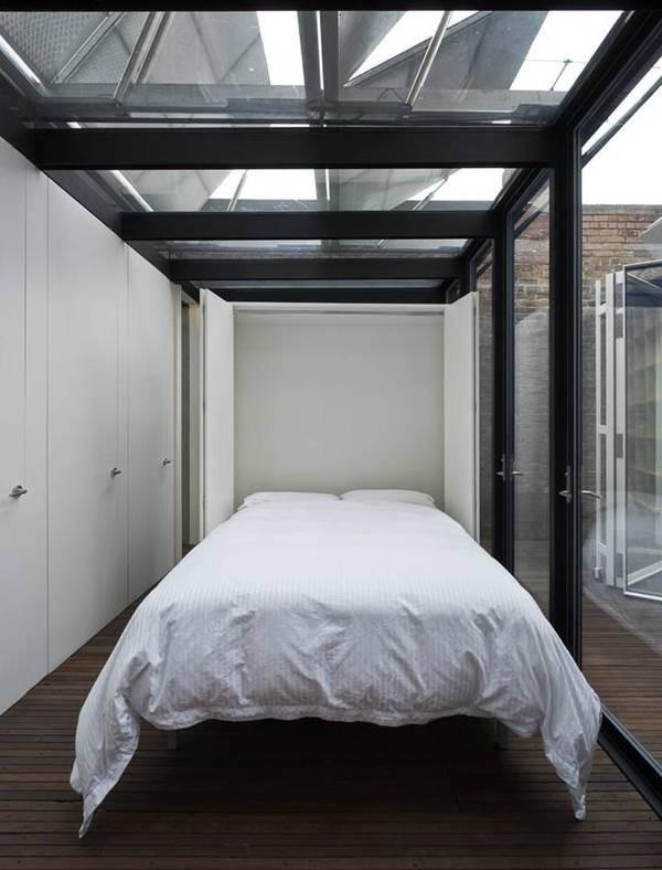 Ga giường cũng màu trắng toát, cùng tông với đồ nội thất trong nhà.