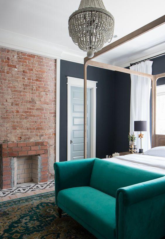Đặt một chiếc ghế sofa ngọc lục bảo trên giường để sử dụng nó để lưu trữ và tạo ra sắc thu rực rỡ.
