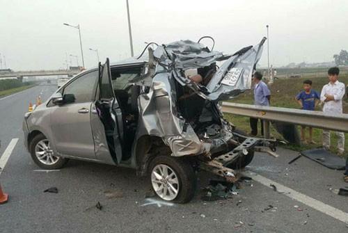 Chiếc Innova bẹp rúm sau tai nạn. Ảnh: Báo Giao thông.