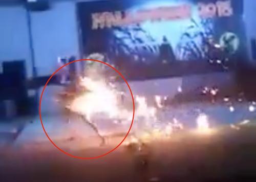 Nữ sinh gặp nạn bị lửa bùng cháy (vòng tròn đỏ). Ảnh: Cắt từ video.