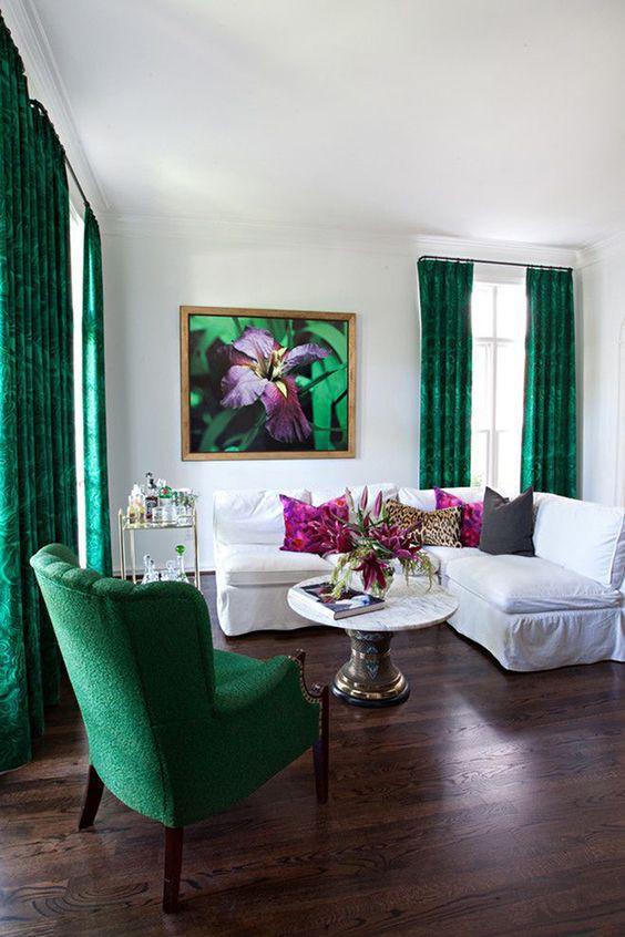 Treo rèm cửa màu ngọc lục bảo đậm trong không gian trung lập tạo sắc màu tươi sáng.