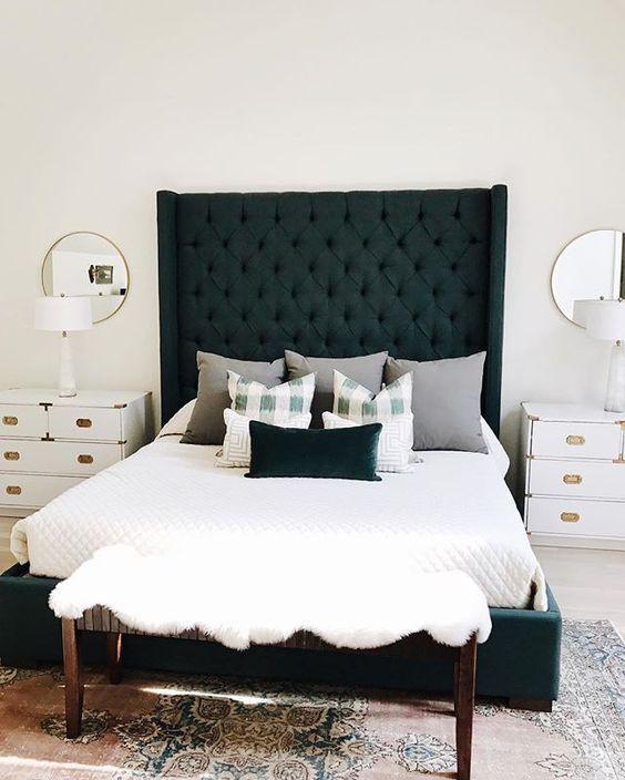 Giường bọc màu ngọc lục bảo với đầu giường cao tạo nên phòng ngủ sáng sủa.