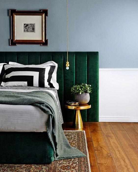 Giường ngọc lục bảo được làm nổi bật với những điểm nhấn màu vàng sáng cho một cái nhìn sang trọng.