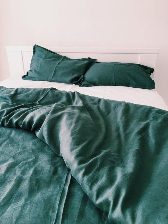 Bộ đồ giường màu trắng và ngọc lục bảo đơn giản là một ý tưởng tuyệt vời cho một không gian hiện đại.